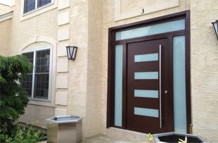 Fa és műanyag bejárati ajtó